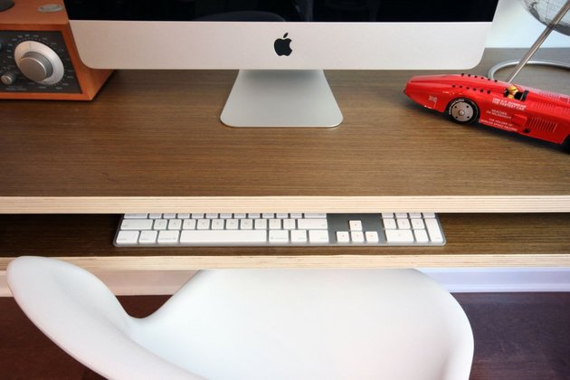 minimal-float-wall-desk-from-orange-22-7.jpg