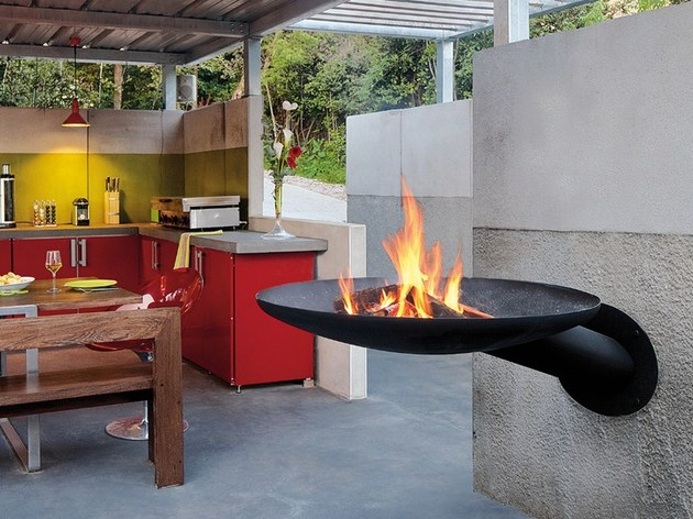 focus fireplace takes grilling up a notch 2 thumb 630xauto 38679 Sunfocus Outdoor Fireplace Takes Grilling to New Heights
