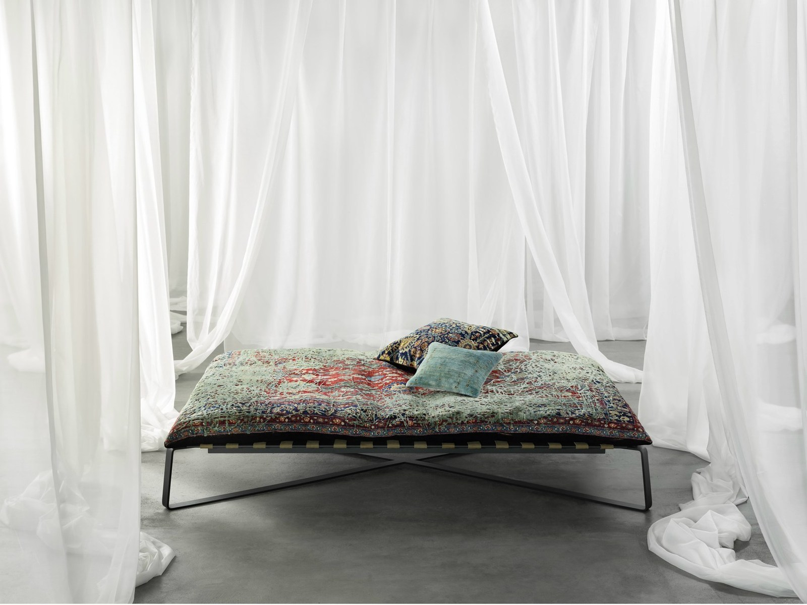 Divan Daybed In Oriental Style Upholstered With Silk
