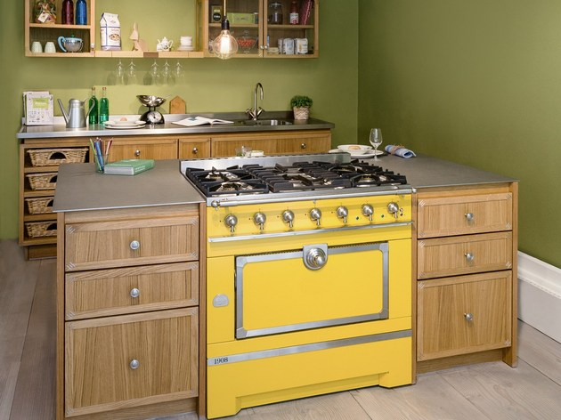 mini island idea for small urban kitchens by la cornue 2 thumb 630xauto 55526 Mini Island Idea for Small Urban Kitchens by La Cornue