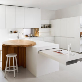 Minimalist white kitchen with breakfast nook: Slim by Elmar