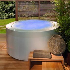Outdoor Soaking Tub: Minipool by Zucchetti.Kos