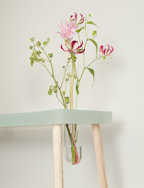 polyester-resin-desk-with-embedded-ash-lamp-and-glass-vase-3.jpg