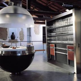 Sheer Spherical Kitchen: the circular island and the secret behind the shutter