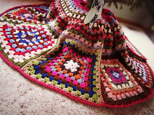 crocheted-christmas-tree-ornaments-14-tree-skirt.jpg