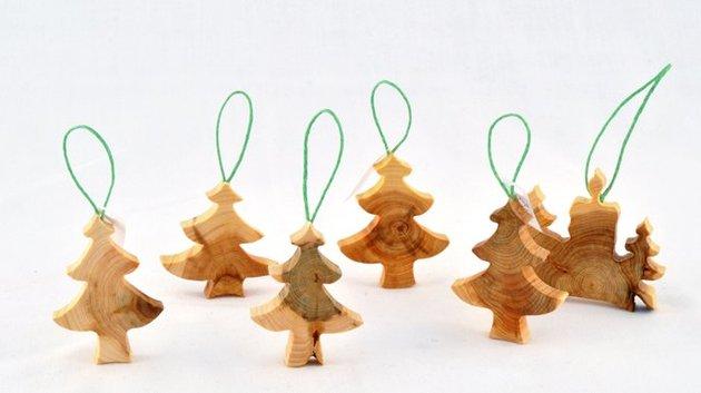 wooden christmas decorations made from juniper tree 1 thumb 630x353 27542 Wooden Christmas Decorations Made from Juniper Tree