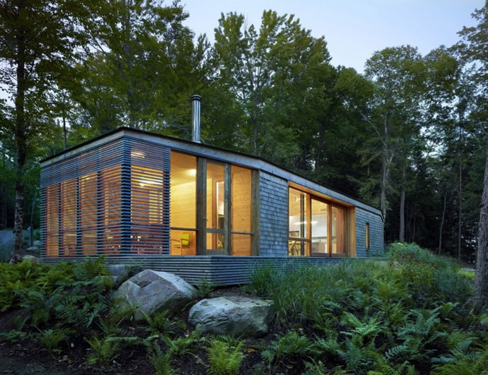 Lakeside cottage wrapped in cedar and glass for Minimalist house quebec