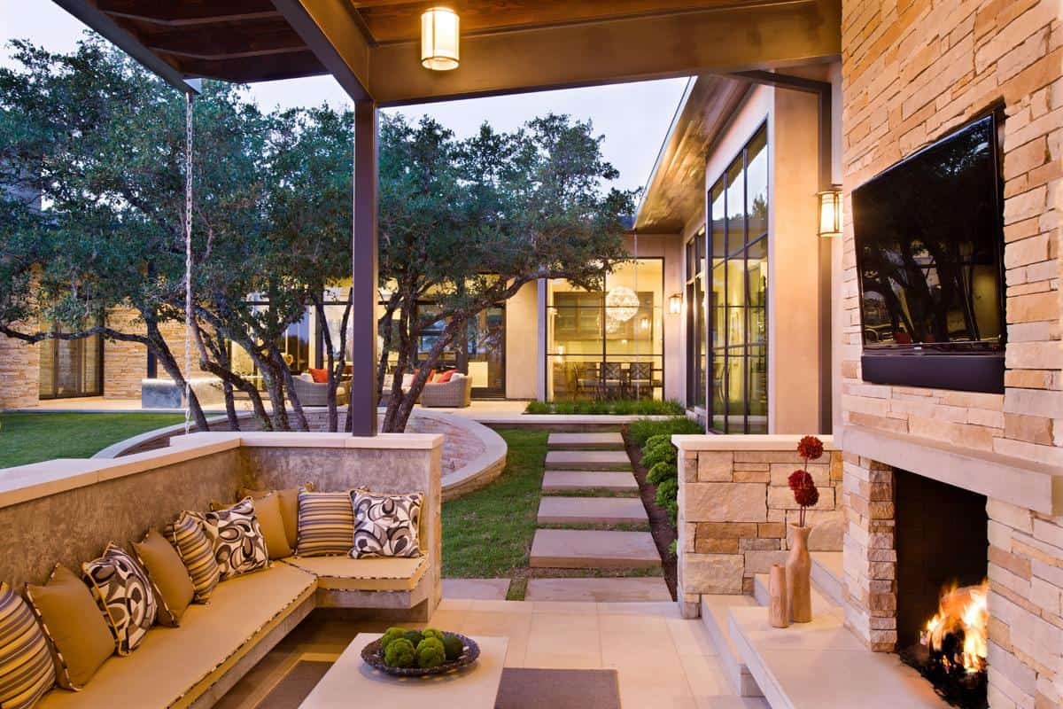 Family home with outdoor living room and pool for Small home outside design