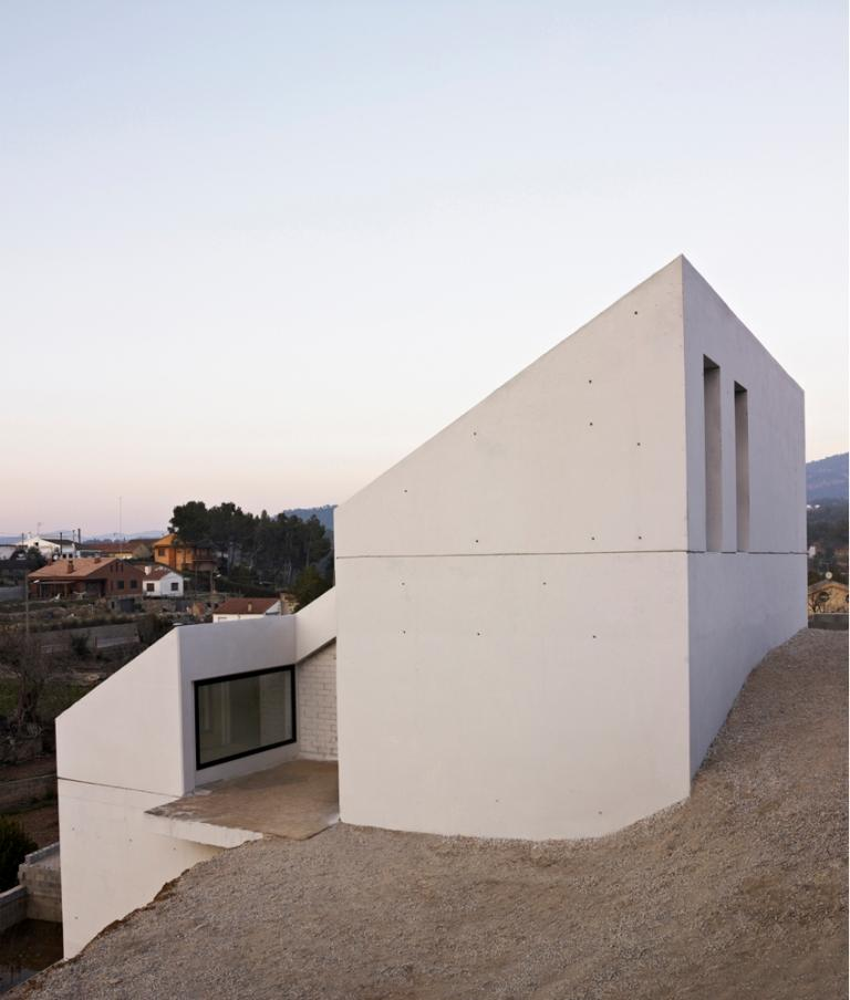 Concrete house embedded in the slope for Semi concrete house