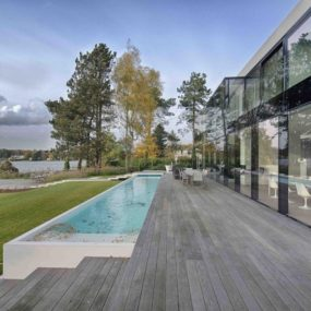 Lakeside House Built on Transparencies and Reflections