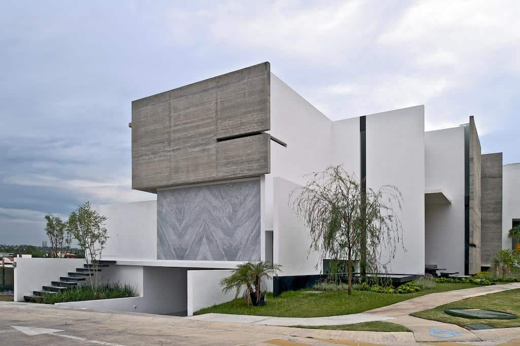 Superb Corner Plot House With Sophisticated Facades