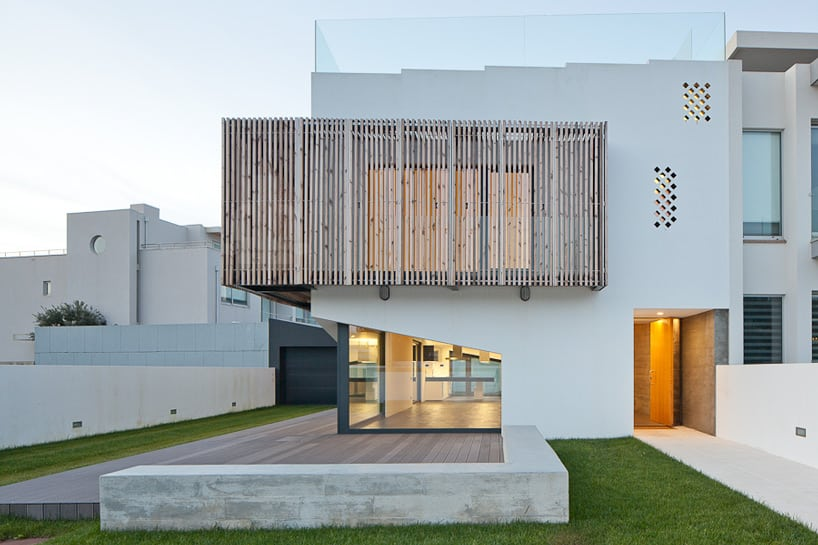 House Uses Operable Wood Louvers For Temperature Control