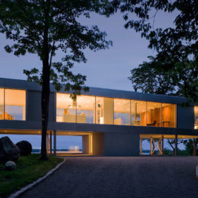 Vertical T-Shaped Hilltop House Exposes Views on all 4 Sides