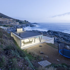 Chile Vacation Home Uses Angled Support Columns to Add to Aesthetics and Preserve the Views