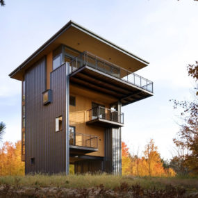 4-Storey Tall House Reaches Above the Forest to See the Lake