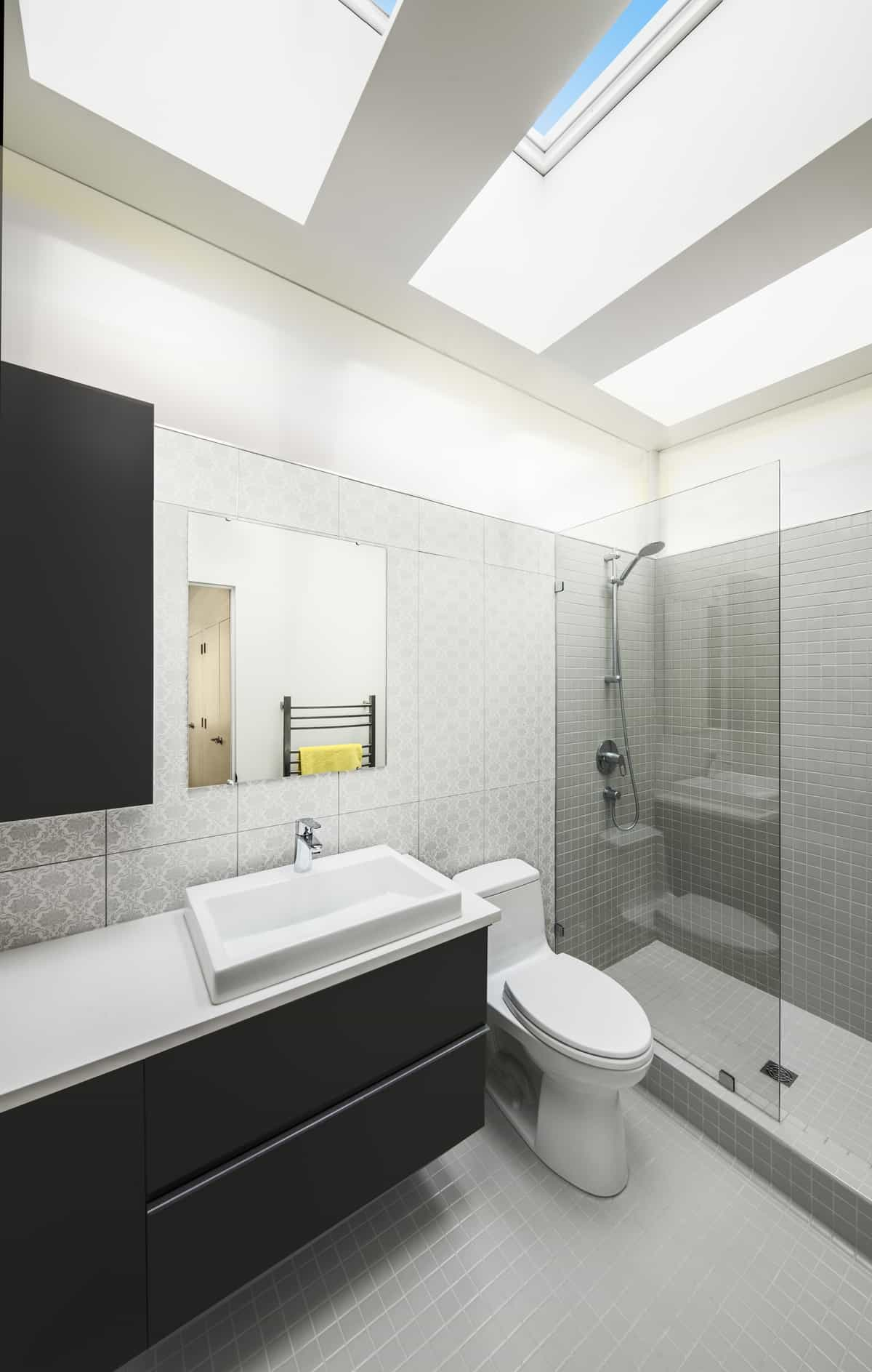 Skinny house on narrow lot maximizes space and daylight for Narrow ensuite bathroom designs