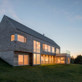 Minimalist Slope House Blends with Natural Surroundings