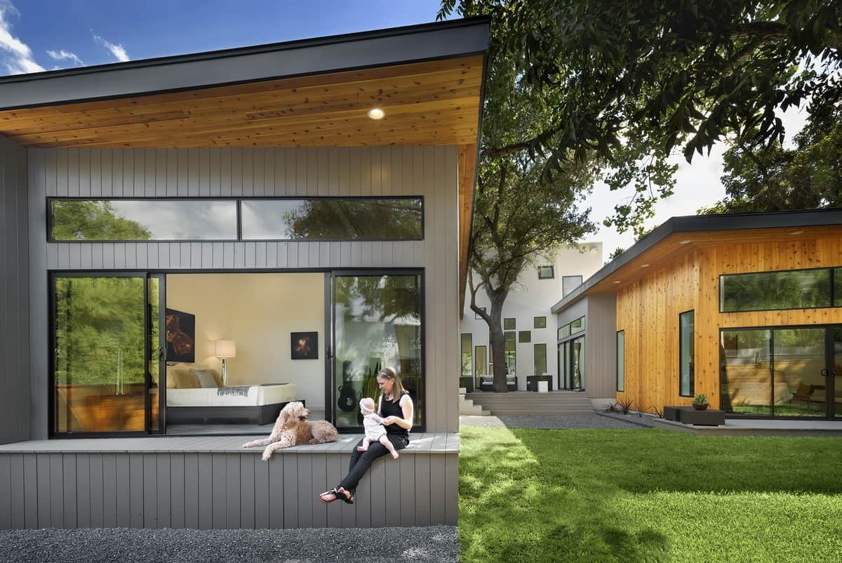 Bold and modern u shaped courtyard house designed around trees for Modern house designs usa