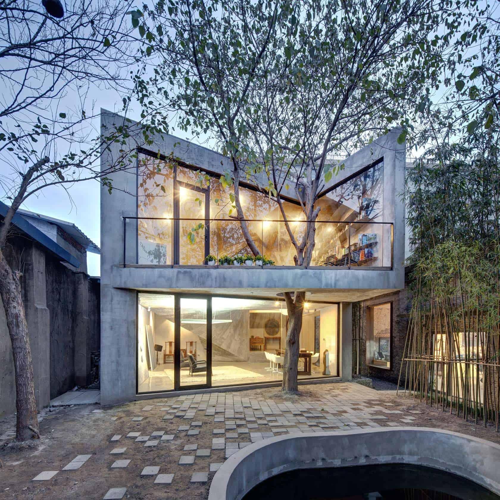 12 домов, построенных вокруг деревьев.