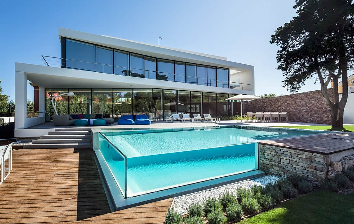 Glass walled swimming pools 10 amazing designs for Best house designs with pool