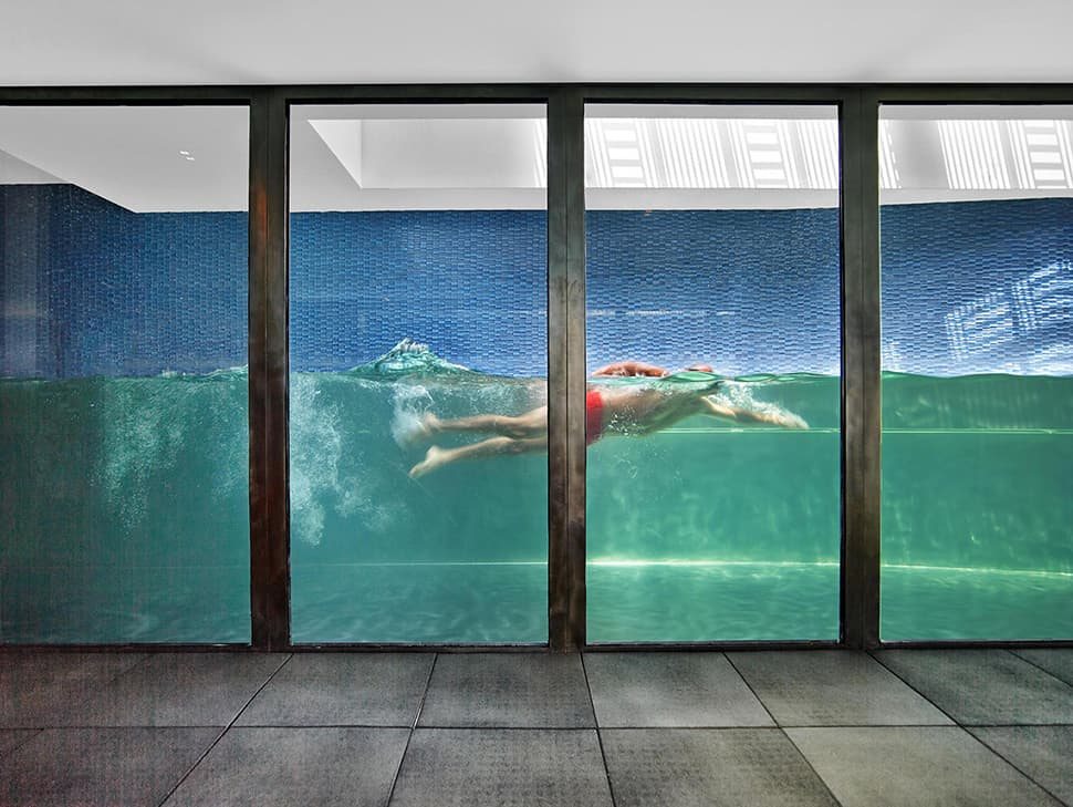 Glass walled swimming pools 10 amazing designs for Latest swimming pool designs
