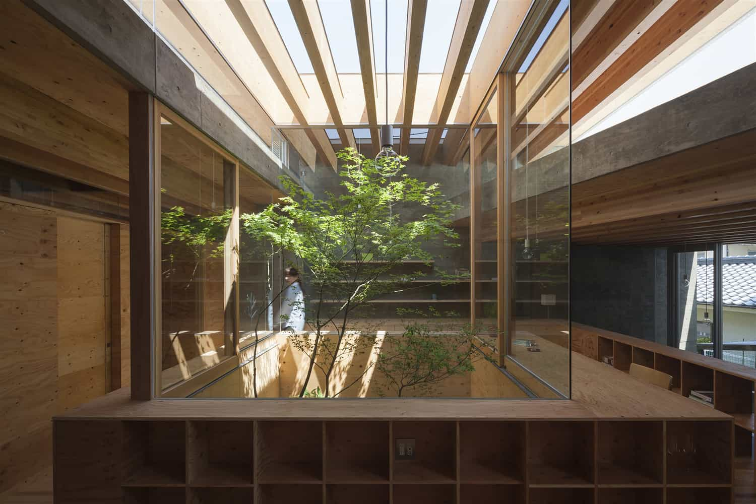 Urban home with two story inner tree garden for Jardin interieur japonais