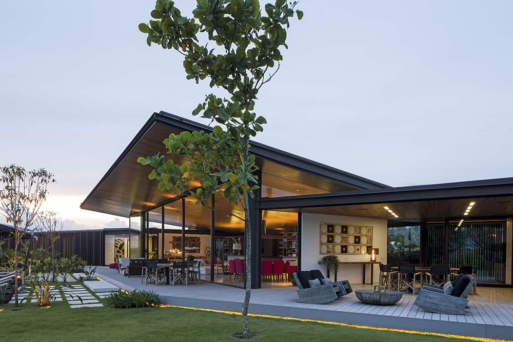 Z Shaped Home Features A Softly Inclined Roof