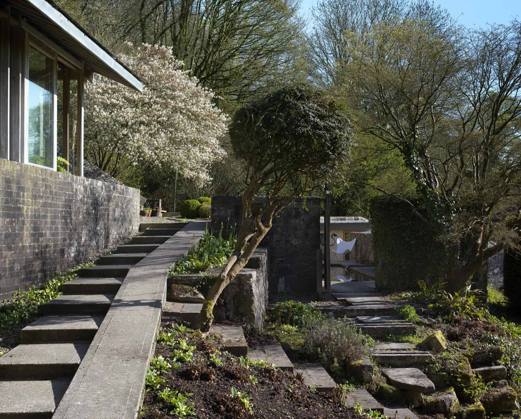 2Tiered 60s House Studio and Cottage Ruin Get Modern Upgrade