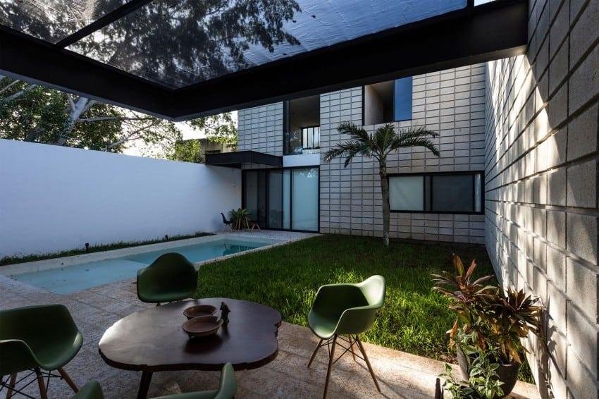 C shaped concrete block home wraps around swimming pool - Casas estrechas y largas ...
