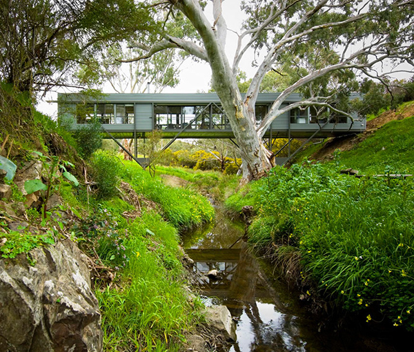 adelaide bridge house 1 Australian Architect Bridges the Gap between Innovation and Architecture – Bridge House