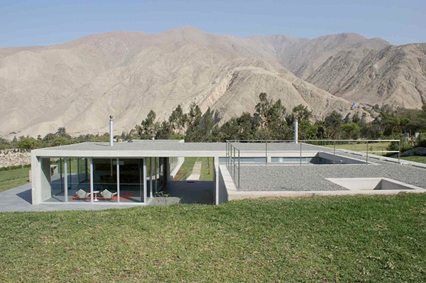 andes house 6 Concrete and Glass Home blends with the Andes