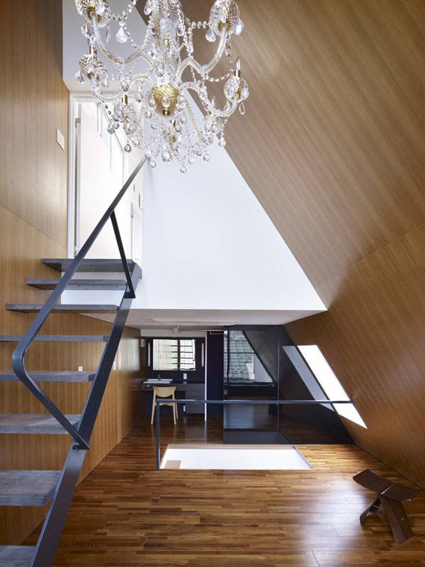 angled-roof-house-stands-out-in-the-city-2.jpg