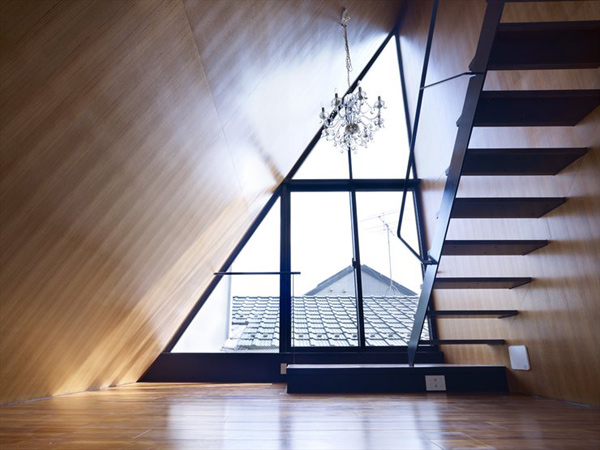 angled-roof-house-stands-out-in-the-city-3.jpg