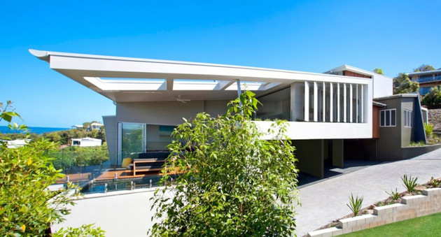 beach-house-with-bold-exterior-minimalist-interiors-3.jpeg