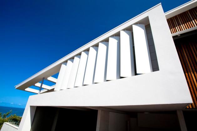 beach-house-with-bold-exterior-minimalist-interiors-4.jpeg