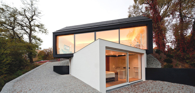 cantilevered dual volume house in black and white 1 thumb 630x303 11072 Cantilevered dual volume house in black and white