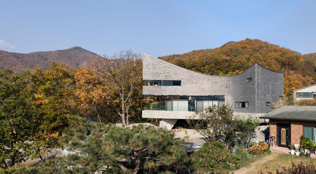 curving house in south korea adapts to the land 1 thumb 630x348 11209 Curving house in South Korea adapts to the land