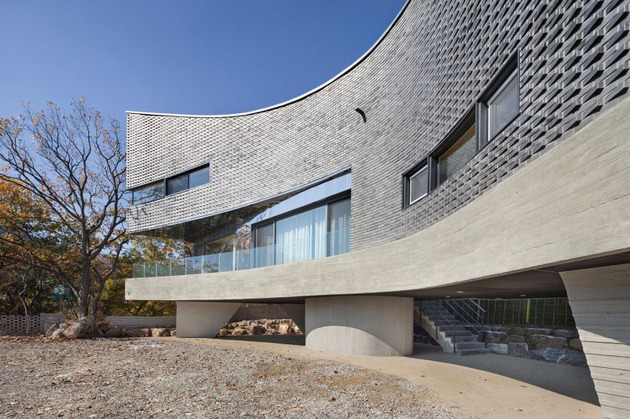 curving-house-in-south-korea-adapts-to-the-land-6.jpg