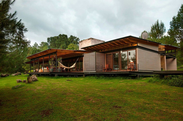 forest-house-brings-indoors-out-through-glass-walls-terraces-4.jpg