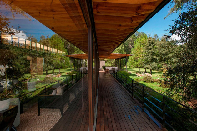 forest-house-brings-indoors-out-through-glass-walls-terraces-9.jpg