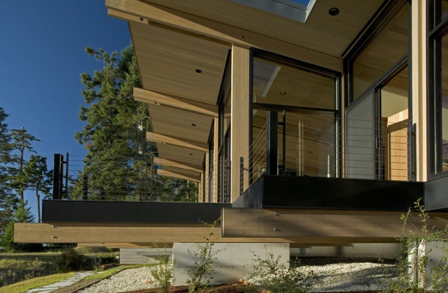 wood-and-glass-cabin-home-brings-luxury-to-nature-13.jpg