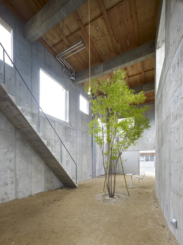 curved concrete house with interior courtyard 2 thumb 630x839 11609 Industrial Chic Concrete House with Interior Courtyard