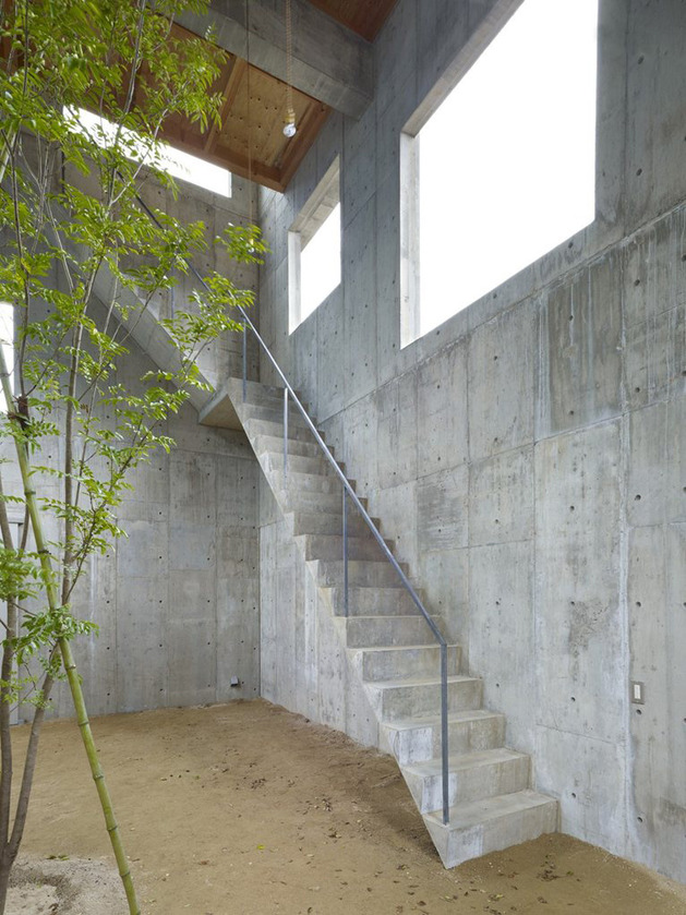 curved-concrete-house-with-interior-courtyard-3.jpg