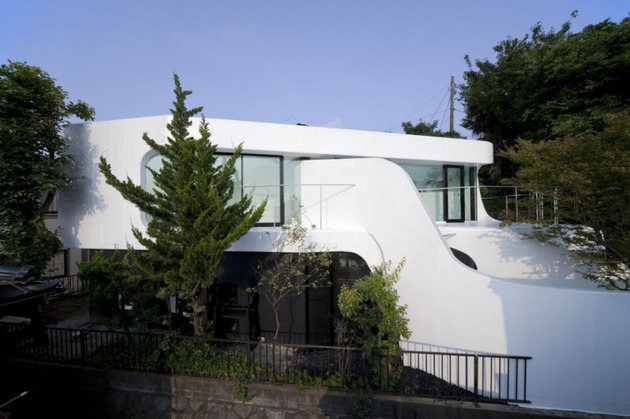 futuristic curved wall house integrates nature and architecture 1 thumb 630x419 11781 Celluloid Jam House wraps around itself