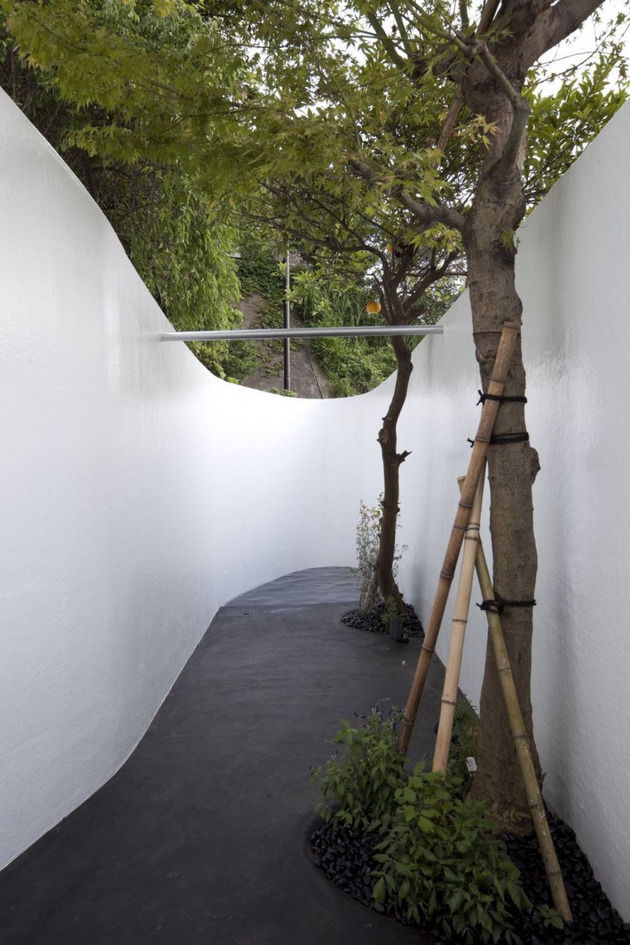 futuristic-curved-wall-house-integrates-nature-and-architecture-10.jpg