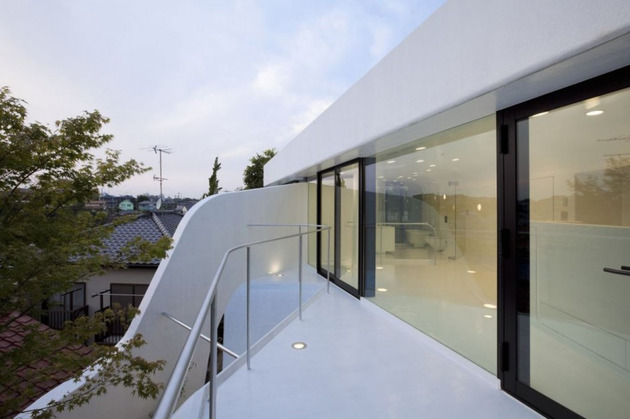 futuristic-curved-wall-house-integrates-nature-and-architecture-16.jpg