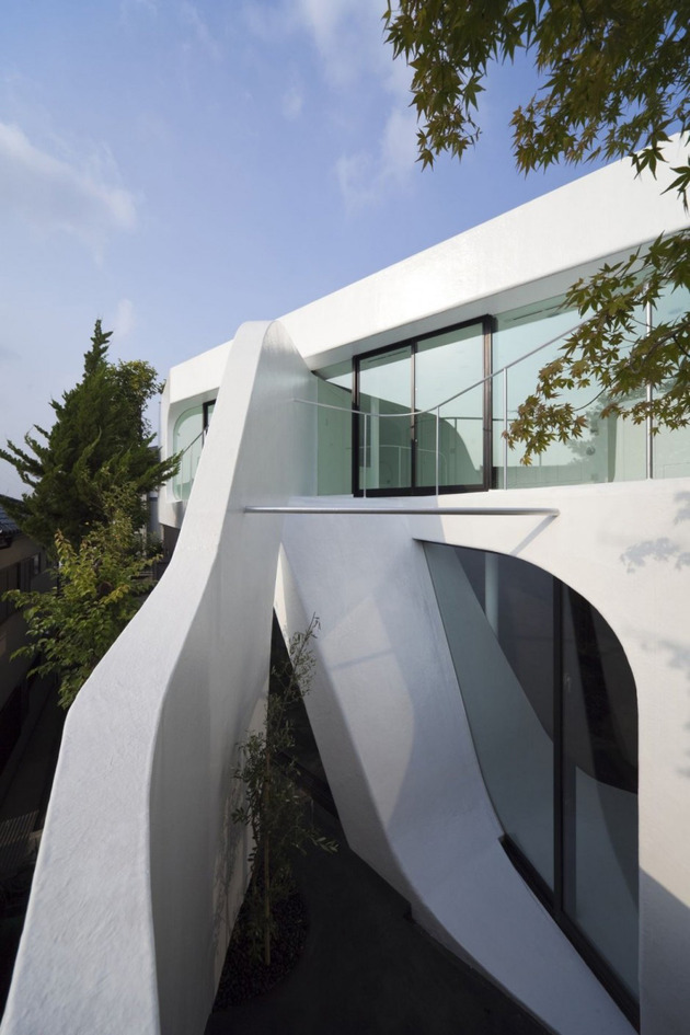 futuristic-curved-wall-house-integrates-nature-and-architecture-3.jpg