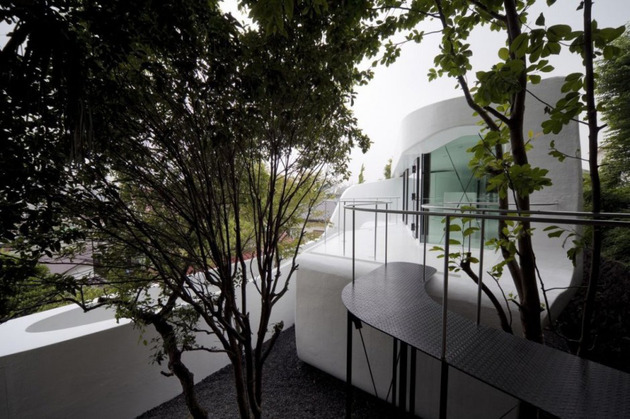 futuristic-curved-wall-house-integrates-nature-and-architecture-4.jpg