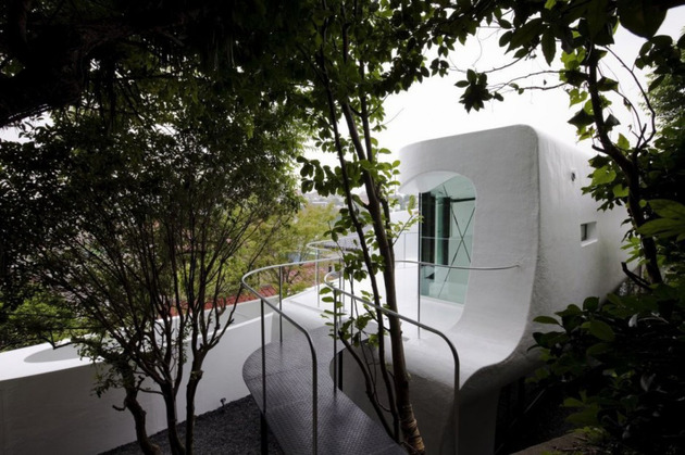 futuristic-curved-wall-house-integrates-nature-and-architecture-5.jpg