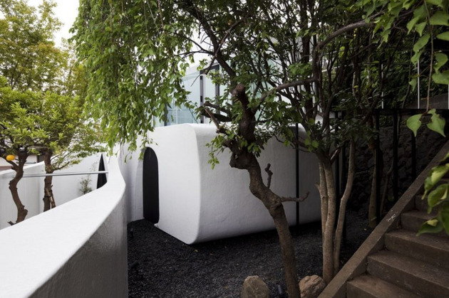 futuristic-curved-wall-house-integrates-nature-and-architecture-6.jpg